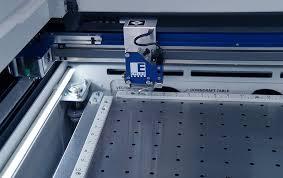 Maquinaria de corte y grabado e impresoras UV